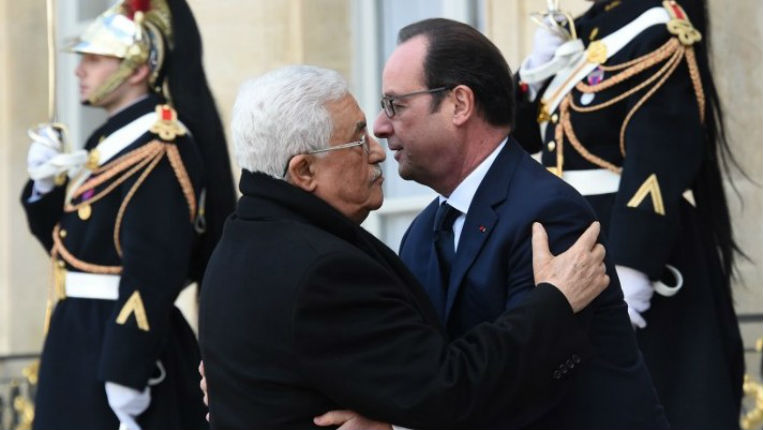 En pleine menace terroriste, l'étreinte répugnante de Hollande avec le dictateur Abbas qui verse des salaires aux terroristes