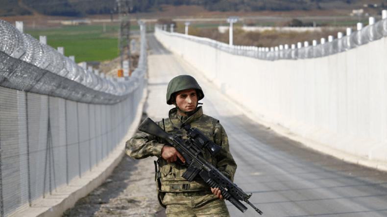 https://i0.wp.com/static.europe-israel.org/wp-content/uploads/2017/08/militaire-turc-patrouillant-le-long-du-mur-%C3%A0-la-fronti%C3%A8re-turco-syrienne.png