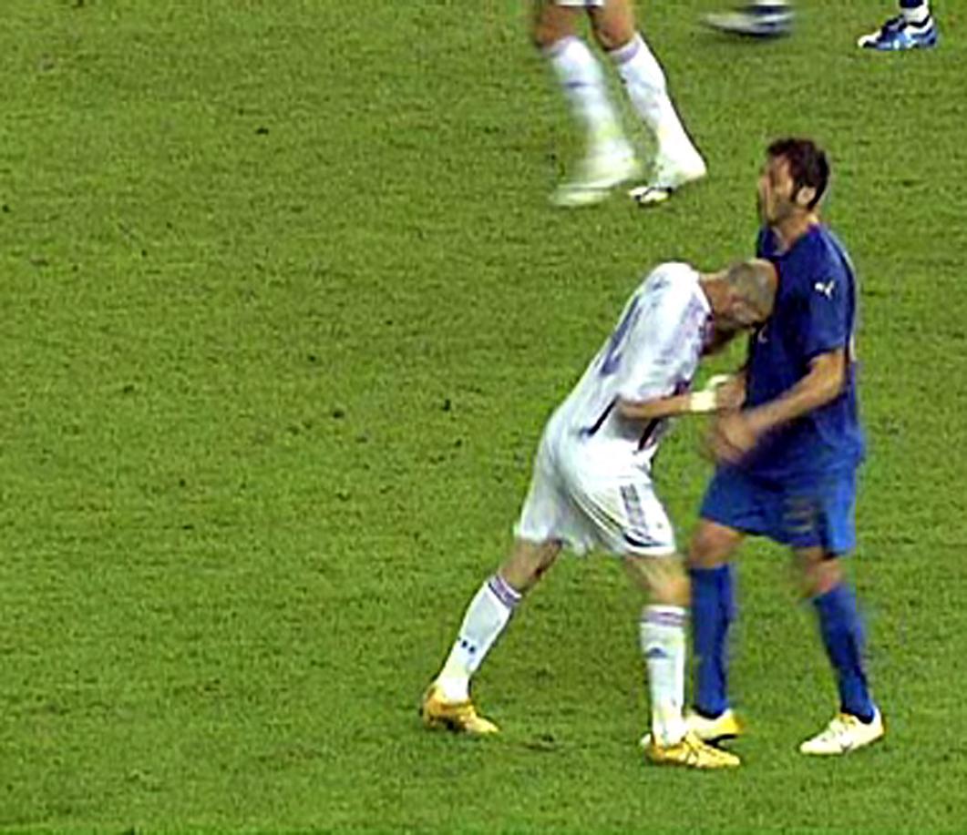 Video youtube in Marocco giocatore colpisce un compagno