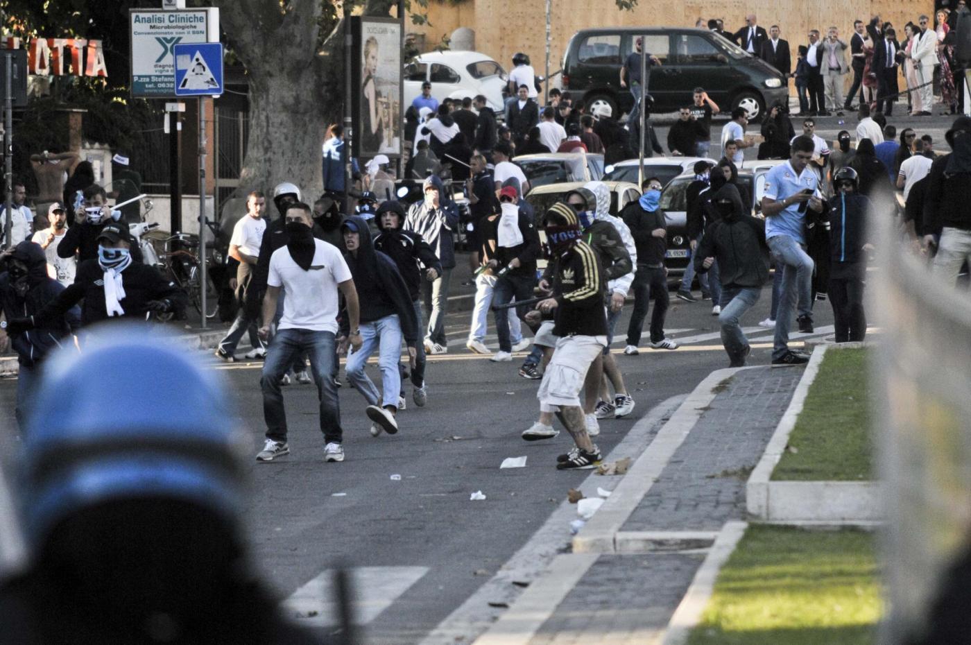Roma scontri tra polizia e tifosi dopo il Derby FOTO