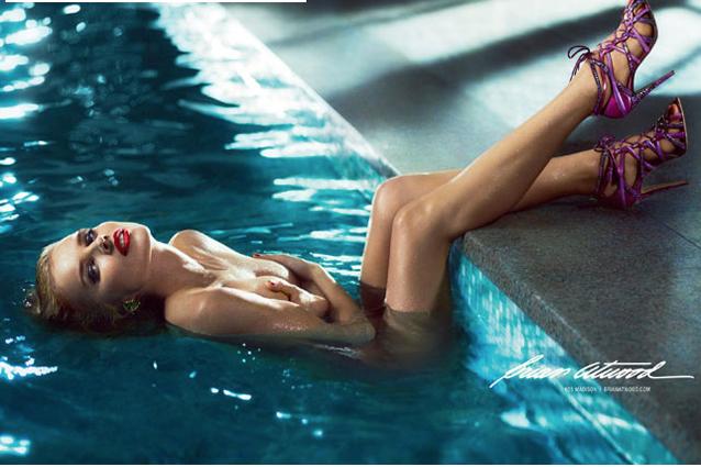 Eva Herzigova nuda in piscina per le scarpe