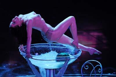 Dita Von Teese rende Sanremo hot bagno nuda nella coppa di