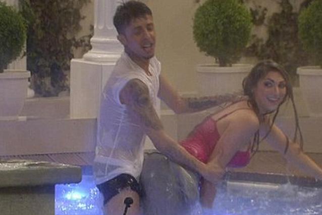 Al Gf inglese fingono di fare sesso in piscina poi fanno la doccia nudi VIDEO