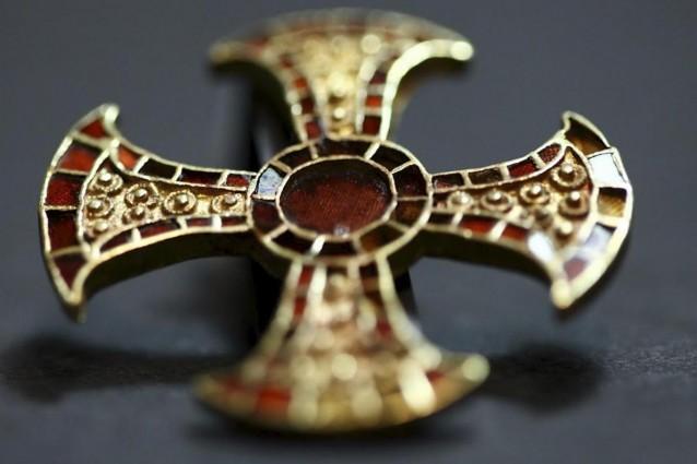 La fanciulla e l'antica croce d'oro.