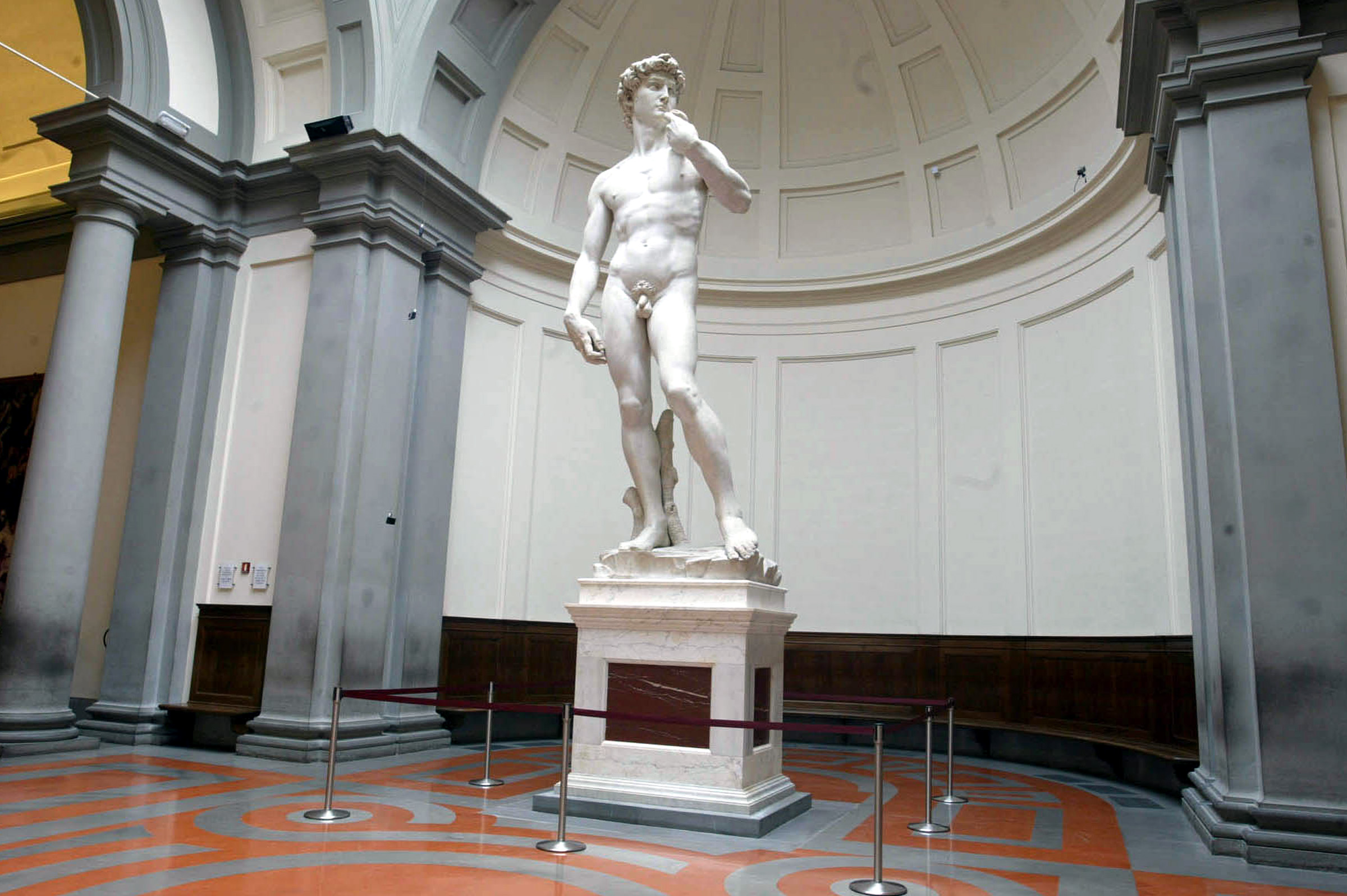 David di Michelangelo in pericolo micro fratture nelle gambe compromettono struttura