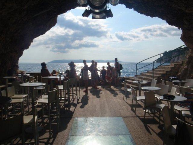 Caff con vista sul mare da una caverna