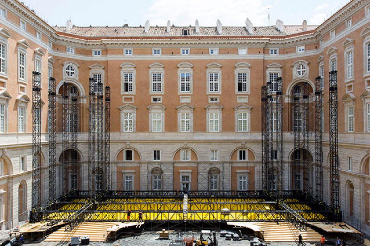 Entrando dalla facciata principale, l'ingresso ti introduce nell'immenso atrio che percorre tutto il palazzo aprendosi sui cortili interni; Apertura Di Luci O Vedute Sul Cortile Condominiale