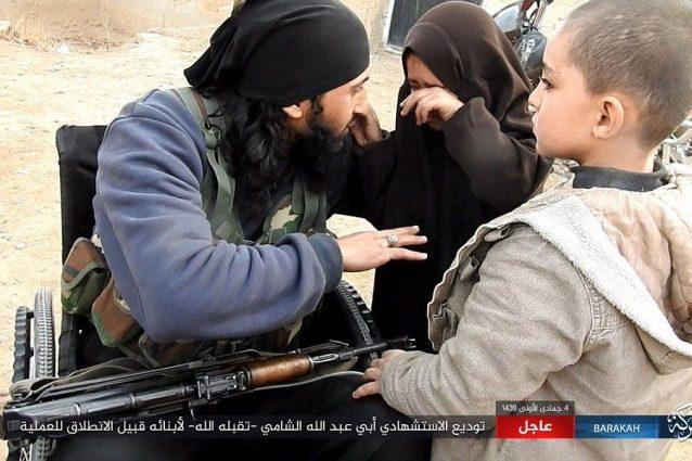 Il terrorista dell'Isis in sedia a rotelle saluta i figli prima di partire per la missione suicida
