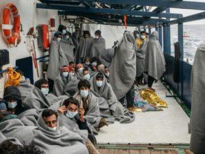La nave di Sea Watch a Trapani, tamponi a bordo per i migranti: ci sono 6 bambini e 34 donne