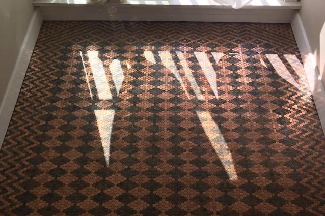 Come rinnovare un vecchio pavimento con delle monetine
