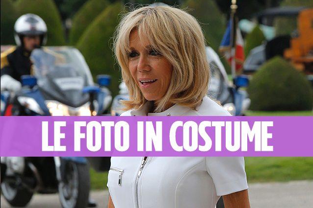 Brigitte Macron in costume a 64 anni la premire ha un corpo impeccabile