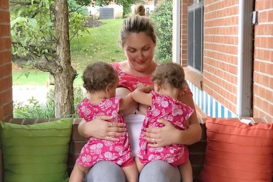 Cacciata dal cortile della scuola stava allattando le sue figlie