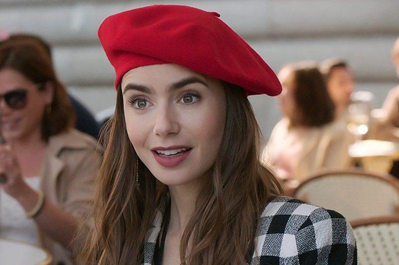 Emily in Paris, dai cappotti griffati alle camicie a tema: lo stile trendy della protagonista
