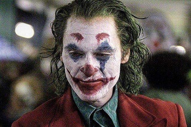 Caos per Joker con Joaquin Pheonix le comparse si ribellano e urinano sul set