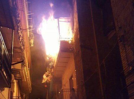 Incendio al Borgo S Antonio Abate vigili del fuoco