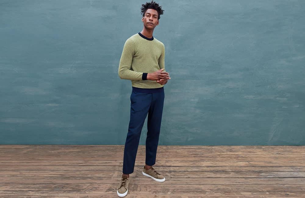 Pull Ted Baker jaune et pantalon bleu marine