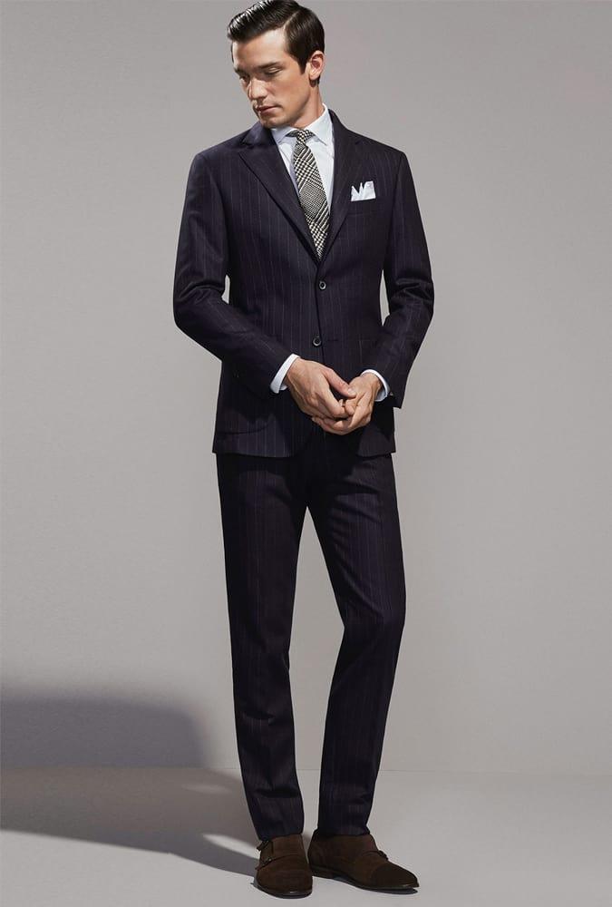 Comment porter un costume à fines rayures de manière moderne