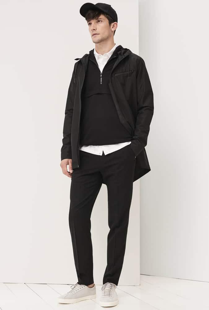 Homme habillé de couleurs noires et neutres