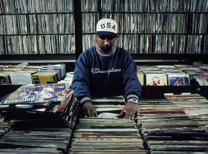 Homme en magasin de disques 1998