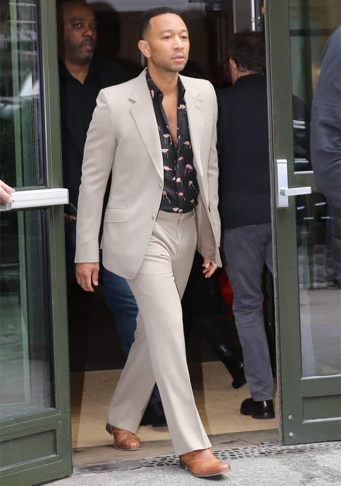 John Legend en costume crème