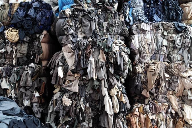 vêtements en décharge