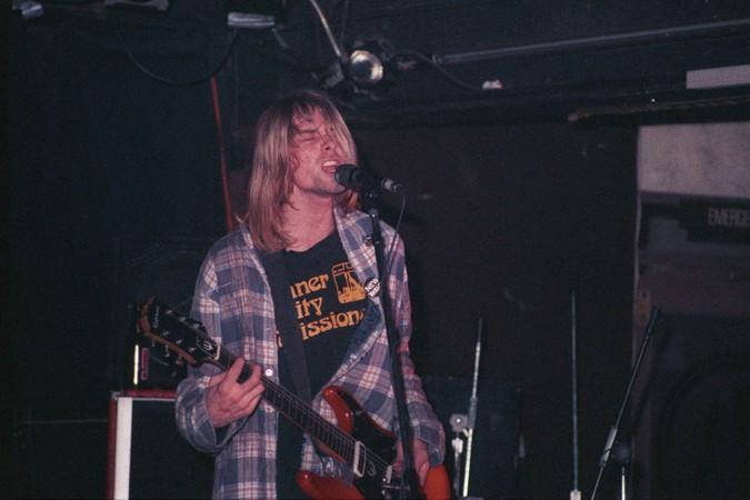 Kurt Cobain jouant
