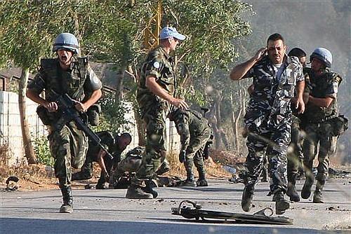 grupo de soldados pide ayuda