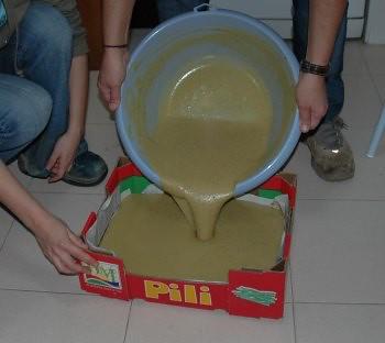 Vertiendo la pasta a la caja