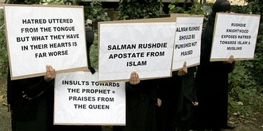 musulmanes protestan por honor a Rushdie3