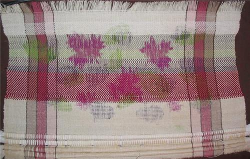 Blurry leaf shapes that look like stains on a piece of weaving - Formes confuses de feuilles, ressemblant plus à des taches sur une pièce de tissage
