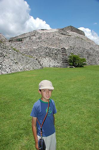 Xochilcalco - 08 2nd Tier Maya influenced stone corner