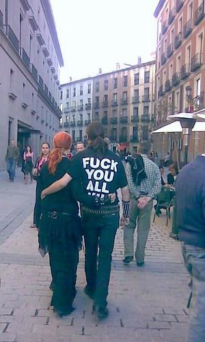 paseante en Plaza de Oriente, Madrid