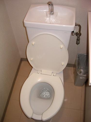 Photo du combiné toilettes + lave-mains