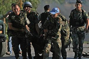 soldados españoles trasladan el cuerpode uno de los fallecidos