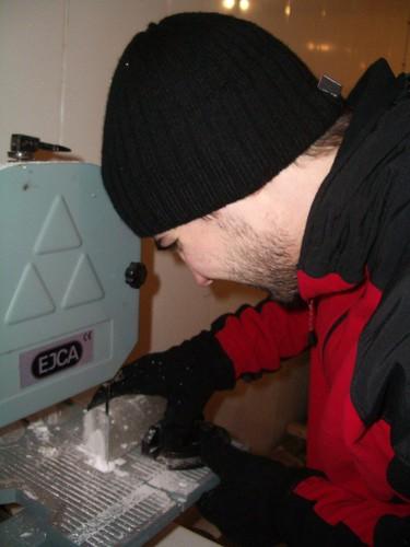 Jorge cortando filetitos de hielo