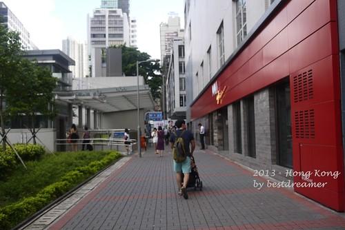 一出 尖 沙咀站L6出口 電梯就 能看到Mall Cafe ~要去「天星碼頭」或「星光大道」,要從這裡出來比較近…