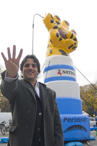 Agustín Pichot junto a Personal con el petitorio de la IRB