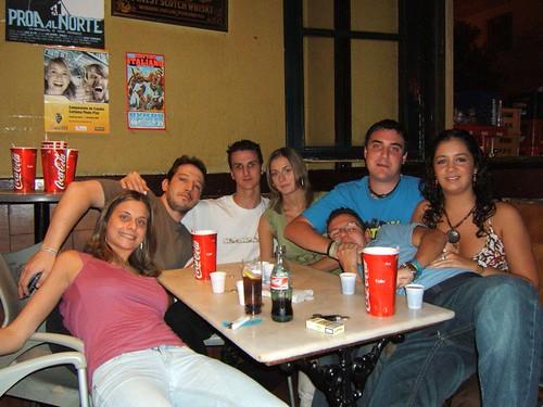 Gran parte del grupo en la mesa de la esquina