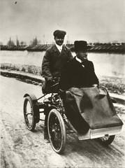 Daninos transportant Albert  Laborde sur son quadricycle à moteur.