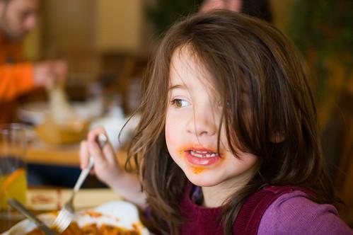 Zelie eet lasagne