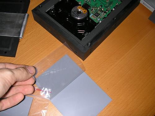 Quitando el plástico protector de la masilla térmica