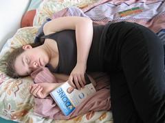 Audrey dormant avec son bouquin Getting Things Done dans la main