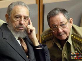 El Presidente cubano Fidel Castro junto a su hermano, Ministro de Defensa, Raúl Castro en una sesión cubana del Parlamento en el Palacio de Convenciones de la Habana. Julio del 2004.