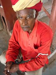 Foto de un coolie en una estación india