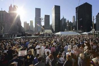 Il sole sorge su Ground Zero l'11 settembre 2006 sulla folla radunata per le celebrazioni del 5° anniversario dell'attentato alle Tori Gemelle (Afp)