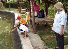 Memancing di kolam Pasirmukti