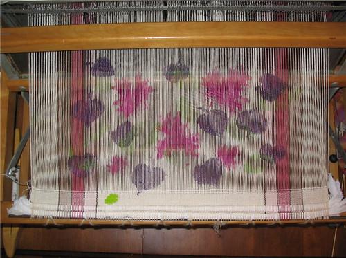 Feuilles violettes peintes sur la moitié des fils de chaîne - Purple leaves painted on half the warp threads