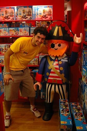 Posando con el capitán de los Playmobil