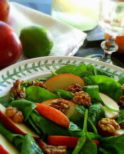 salat med spinat, æbler og valnødder