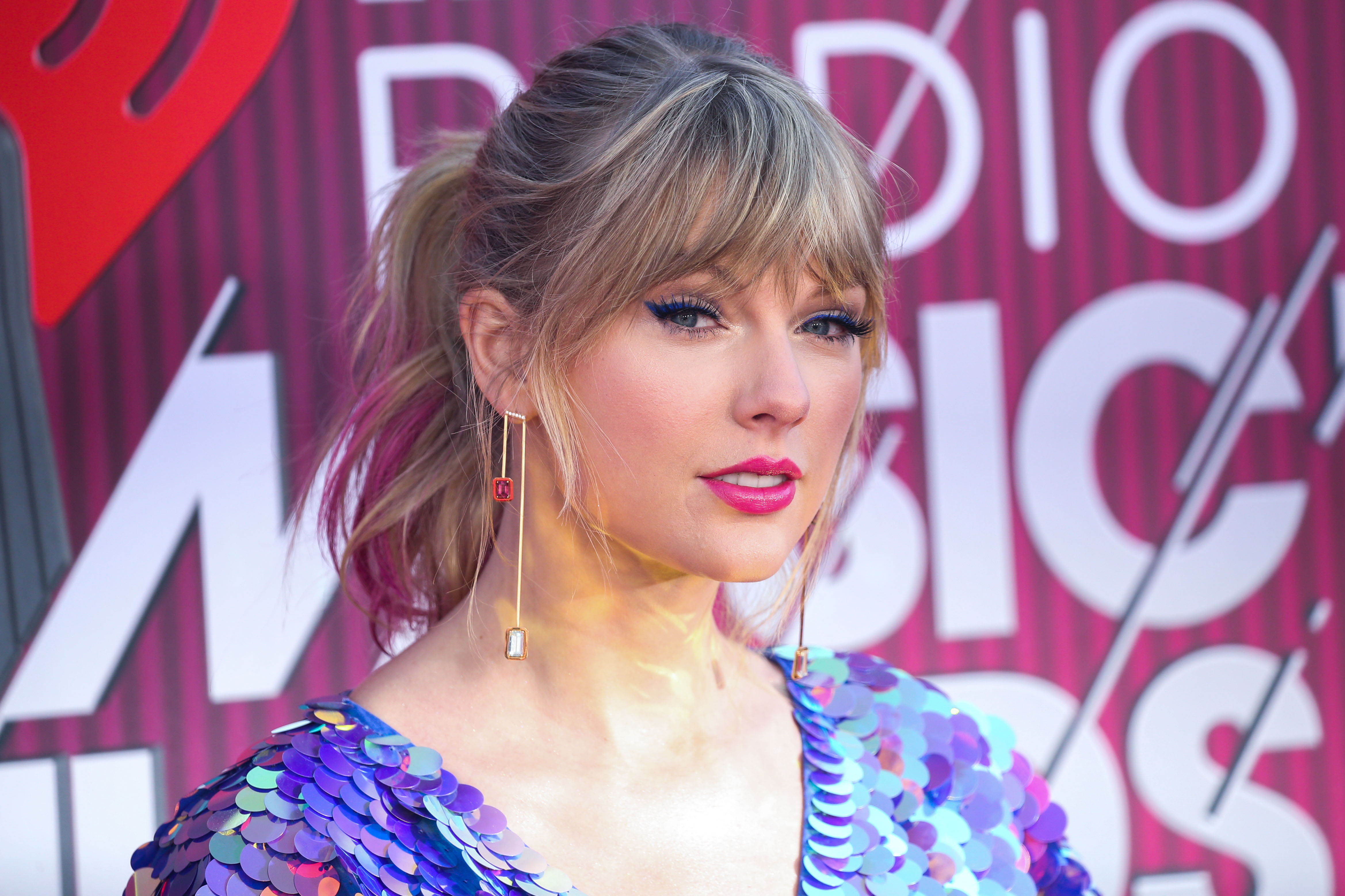 18c83692fe17 FOX NEWS  Taylor Swift debuts new pink hair at iHeartRadio Music Awards 2019  – Outside The Know